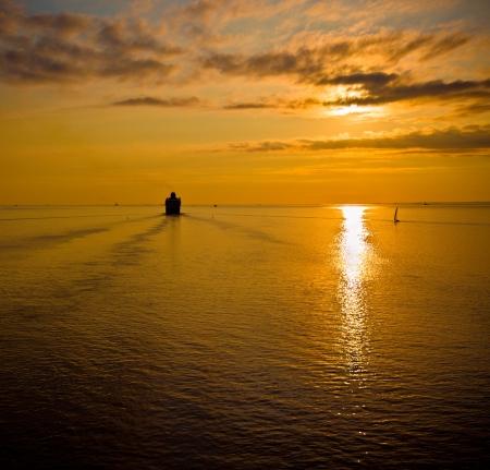 paquebot de croisière dans la mer au coucher du soleil