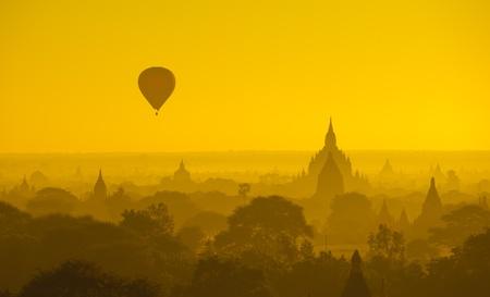 Zonsopgang boven het oude Bagan, Myanmar Stockfoto