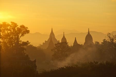 Myanmar: Lever de soleil sur l'ancienne Bagan, Myanmar Banque d'images