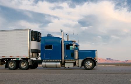 camion volquete: Camioneta azul que se mueve en una carretera
