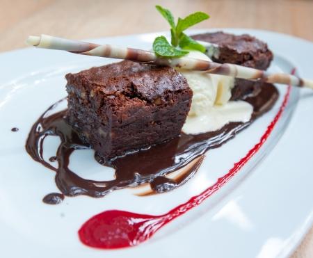 pastel de chocolate: postre de lujo, brownie de chocolate y helado