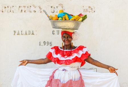 comida colombiana: CARTAGENA, COLOMBIA - Diciembre 02: Palenquera mujer vende frutas en la Plaza de Santo Domingo en diciembre 02 de 2009 en Cartagena, Colombia