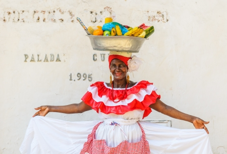 Cartagena, Kolumbien - Dezember 02: Palenquera Frau verkauft Früchte an der Plaza Santo Domingo am Dezember 02, 2009 in Cartagena, Kolumbien
