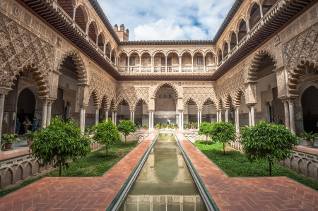 Patio in Royal Alcazars of Seville, Spain Редакционное
