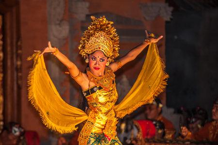 traditional: ウブド, バリ島, インドネシア - 8 月、07: レゴン バリの伝統舞踊ウブド, バリ島, インドネシア 2010 年 8 月 7 日にで 報道画像
