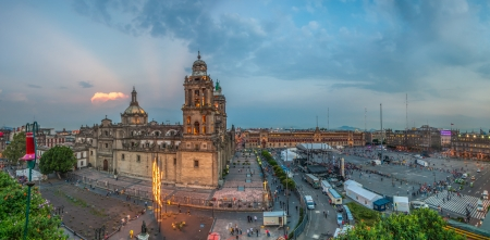メキシコシティ ・ メトロポリタン大聖堂とソカロ広場