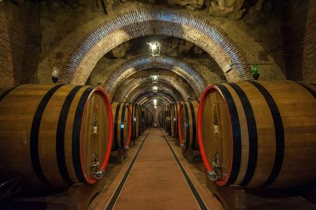 Wijn vaten in een kelder Montepulciano, Toscane