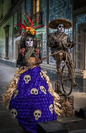 traje mexicano: CIUDAD DE MÉXICO, MÉXICO - Noviembre 21, 2013: músicos de la calle en México que celebra el Día de los Muertos o el Día de los Muertos