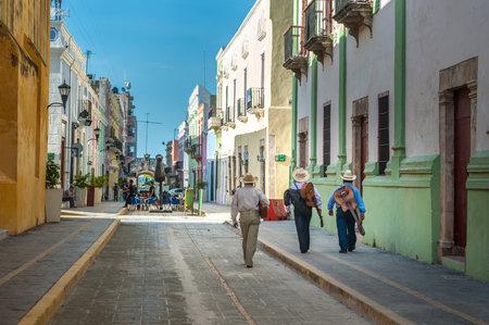 traje mexicano: Mariachi en las calles de la ciudad de Campeche colonial, México Editorial
