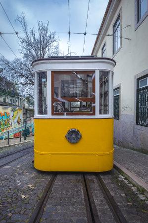 elevador: Elevador da Gloria, famous funicular in Lisbon, Portugal Editorial