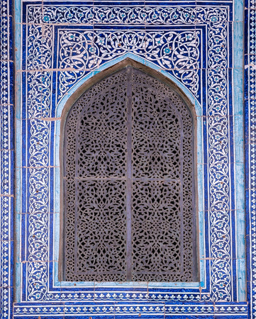 Mit Ziegeln gedeckter Hintergrund mit orientalischen Ornamenten Standard-Bild - 45064984