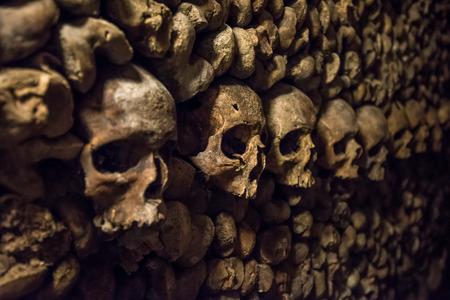 Skulls and bones in Paris Catacombs 스톡 콘텐츠