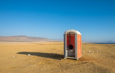 inodoro: WC en un desierto