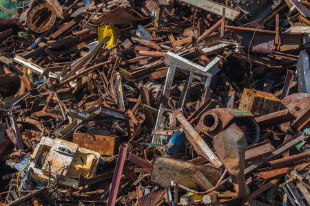 residuos de chatarra en un astillero de reciclaje Foto de archivo