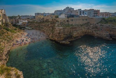 yegua: Polignano a Mare, pintoresca ciudad en Puglia, Italia meridional Foto de archivo