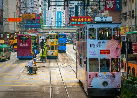 HONG KONG - 1. April 2009: Doppeldecker Straßenbahn in Hong Kong Straße Standard-Bild - 55691100