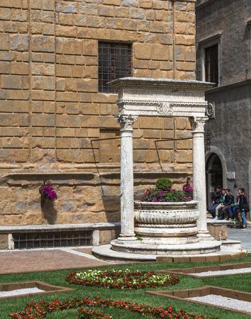 valdorcia: Piccolomini well in Piazza Pio II, the main square of Pienza, Tuscany, Italy