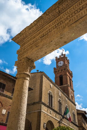 utopian: Piccolomini well in Piazza Pio II, the main square of Pienza, Tuscany, Italy