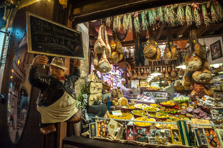 BOLOGNA, ITALY - March 8, 2014: Window of typical grocery shop in Bologna 에디토리얼