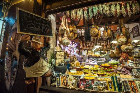 Carnicería: Bolonia, Italia - 8 marzo 2014: Ventana de la tienda de comestibles típico en Bolonia Editorial
