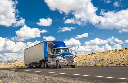 Blauer LKW auf einer Autobahn zu bewegen Standard-Bild - 60563421