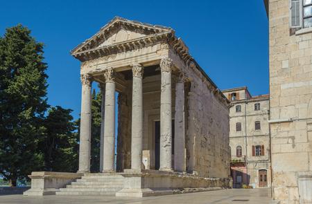 templo romano: Antiguo templo romano de Augusto en Pula, Istria, Croacia Foto de archivo