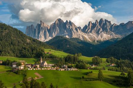 odle: Santa Maddalena Village and the Dolomites, Val di Funes, Italy Stock Photo