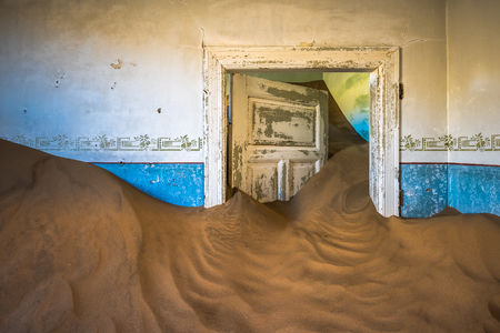 Verlaten spookstad van Kolmanskop in Namibië