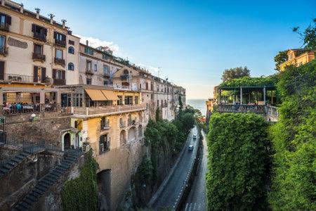 Rues de Sorrente, station balnéaire prisée de la baie de Naples, dans le sud de l'Italie Banque d'images - 82580565