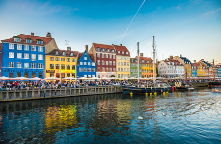 danish: Nyhavn district is one of the most famous landmarks in Copenhagen, Denmark