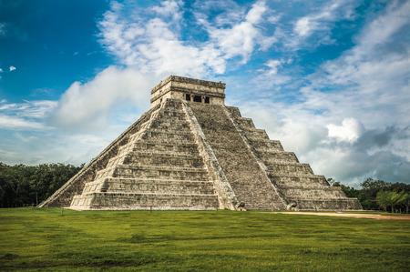 El Castillo or Temple of Kukulkan pyramid, Chichen Itza, Yucatan, Mexico 스톡 콘텐츠