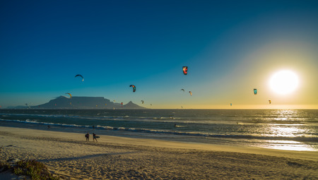 Kite surfers in Cape Town, South Africa. Imagens