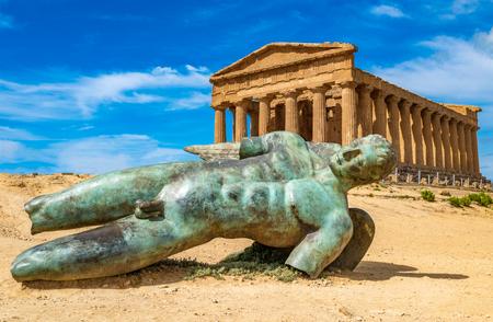 Templo de la Concordia y la estatua de Ícaro caído, en el Valle de los Templos, Agrigento, Sicilia, Italia