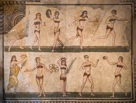 Mosaici di ragazze in bikini a Villa Romana del Casale, Piazza Armerina, Sicilia, Italia.