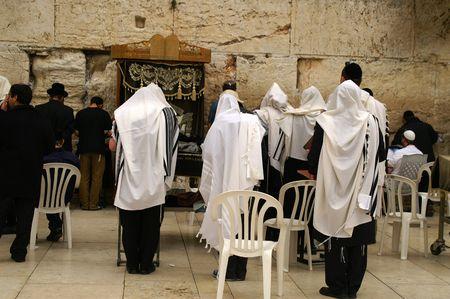 luto: Oraciones jud�as gemidos nuevo muro en Jerusal�n, Israel  Foto de archivo