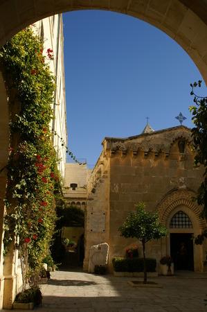 Święty kościoły - Stare Miasto, Jerozolima - łuk i błękitne niebo
