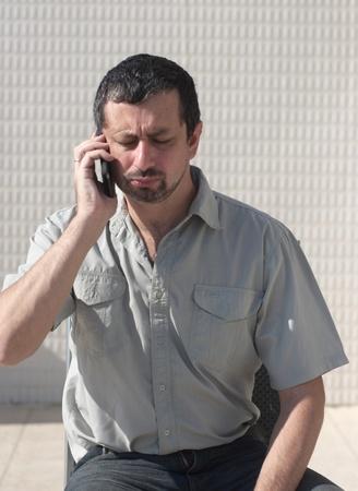 answering phone: Hombre de negocios contestar llamada telef�nica usando tel�fonos inteligentes