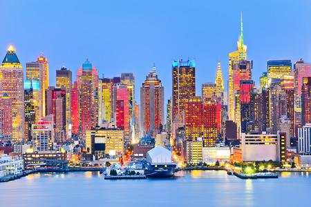 赤の太陽光の反射でマンハッタンのスカイライン。