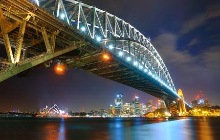 シドニーのスカイライン、港橋の夜