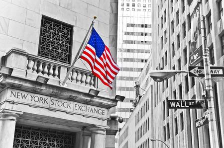 뉴욕 시티, 뉴욕 -10 월 11 일 : 월스트리트와 뉴욕 증권 거래소의 거리 표지판은 뉴욕시에서 2013 년 10 월 11 일에 표시됩니다. Exchange 건물은 1903 년에 지 에디토리얼
