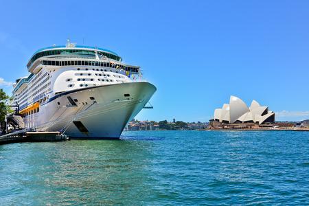 Sydney Opera House en een cruiseschip in de haven van Sydney Redactioneel