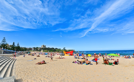 Coogee 해변에서 여름 해변에서 휴식하는 수영 에디토리얼