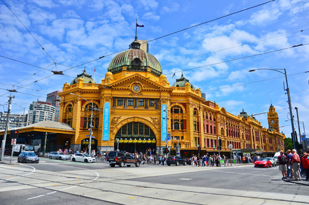 멜버른에서 화창한 날에 상징적 인 플린 더스 스트리트 역보기 에디토리얼