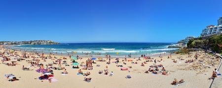 본다이 비치에서 여름에 해변에서 휴식 수영