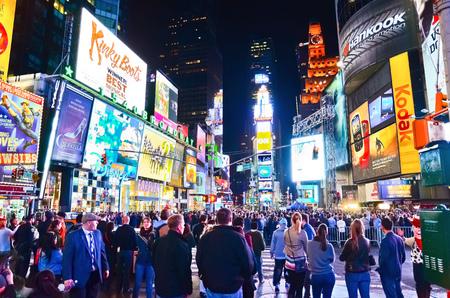 Times Square met veel bezoekers in de nacht in New York City