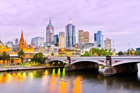 Ansicht der Skyline von Melbourne in der Abenddämmerung