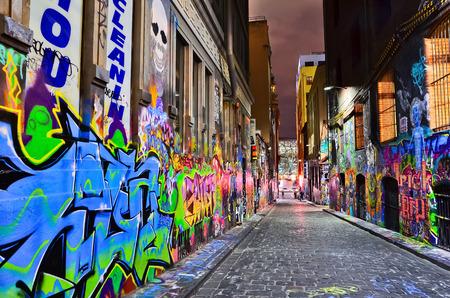メルボルンでメリヤス レーンでカラフルなグラフィティ アーティストの作品の夜景