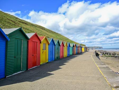 화려한 해변 오두막 Whitby, 요크 셔, 영국에서의 행. 스톡 콘텐츠