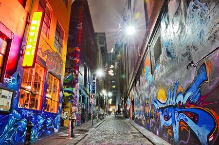 멜버른 Hosier 레인에서 다채로운 낙서 작품의 야경