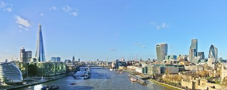 화창한 날에 런던의 스카이 라인의 파노라마입니다.
